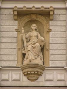 800px-Justice_statue